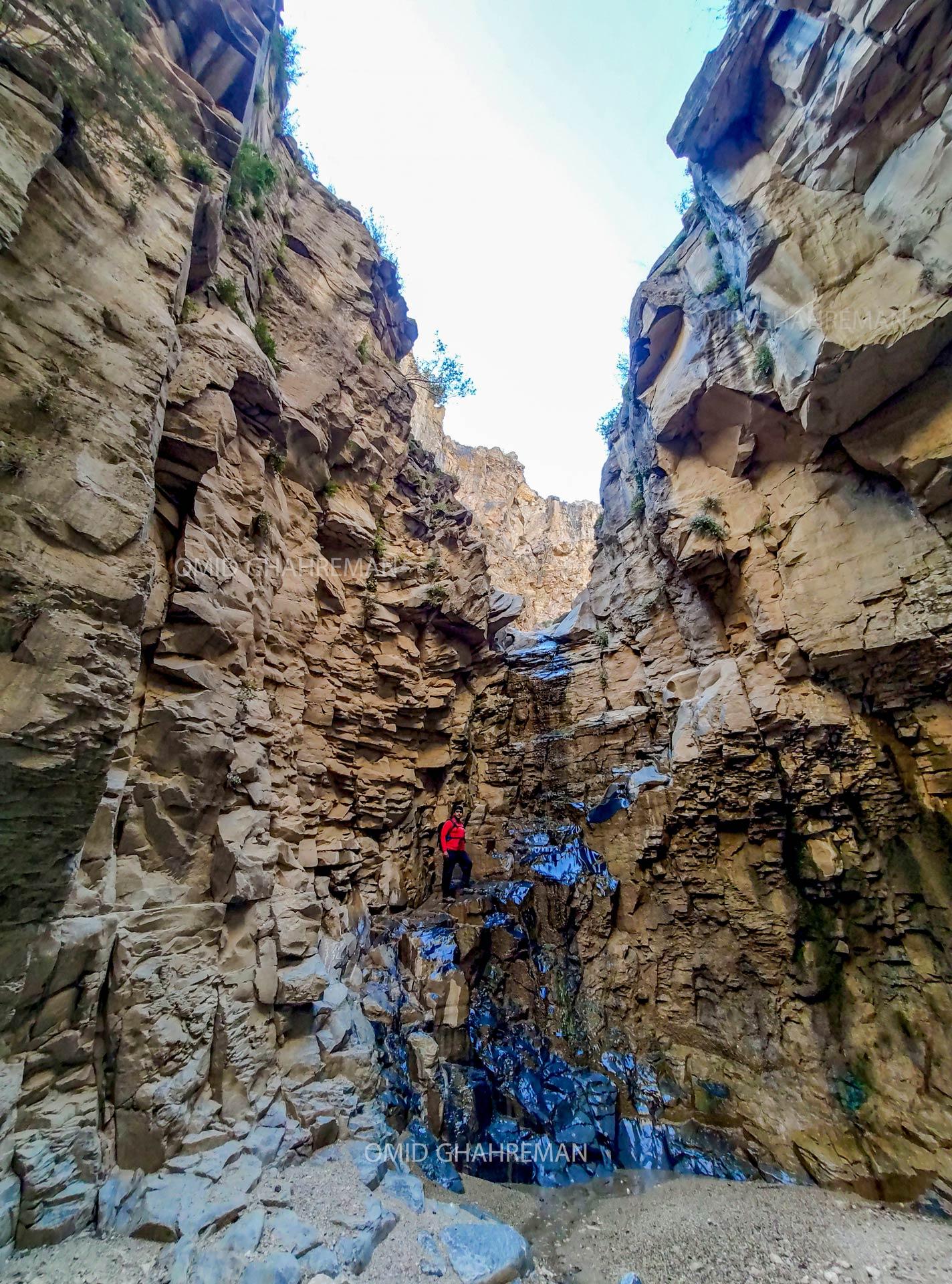 آبشار و انتهای دره فرعی قیرمیزیلیخ واقع در آواجیق ماکو