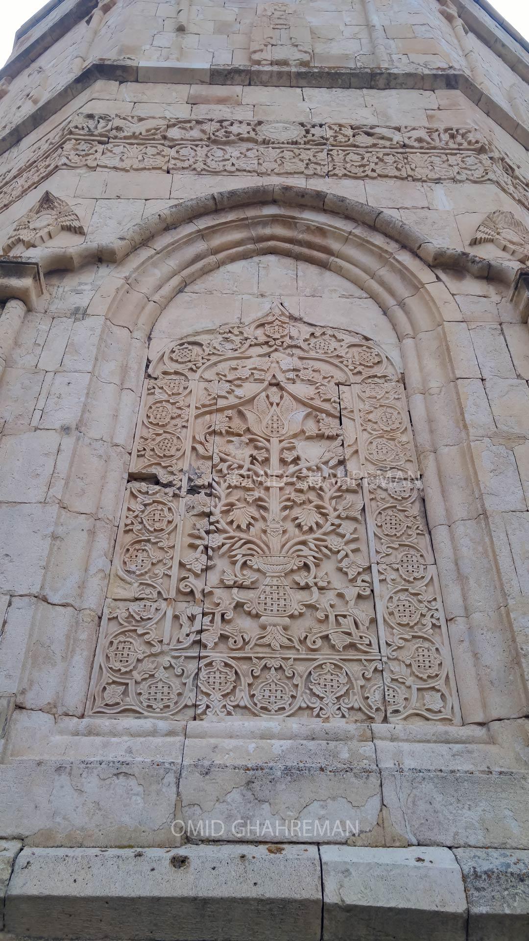 حجاری و حکاکی های گل و بته بر روی دیواره های سنگی کلیسا