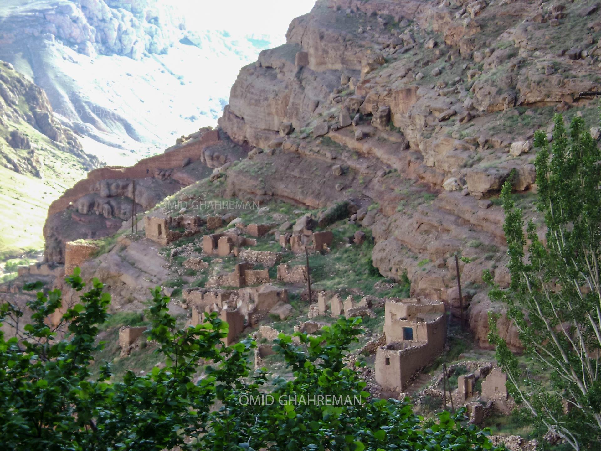 خانه های رها شده زیر کوه قیه