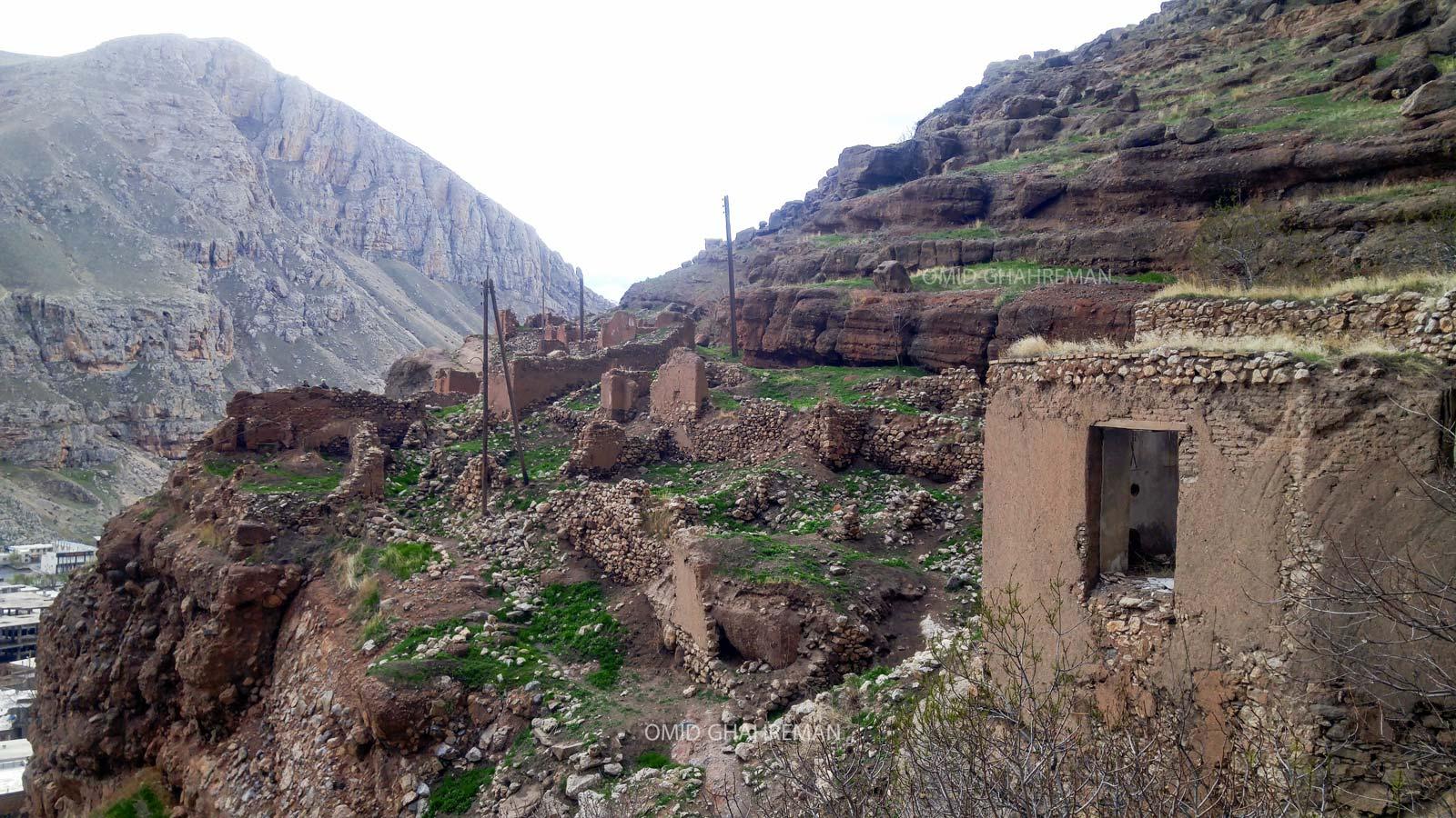 خانه های قدیمی زیر کوهی در زیر کلاهک سنگی قیه