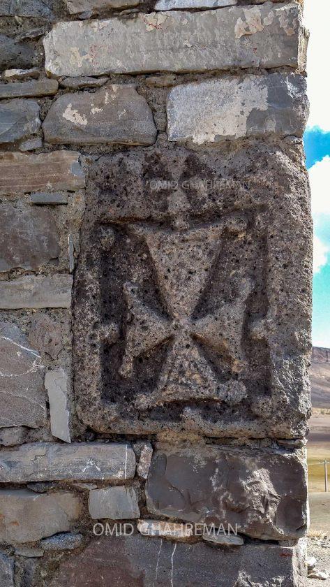 دیواره و حکاکی های صلیبی روی دیواره