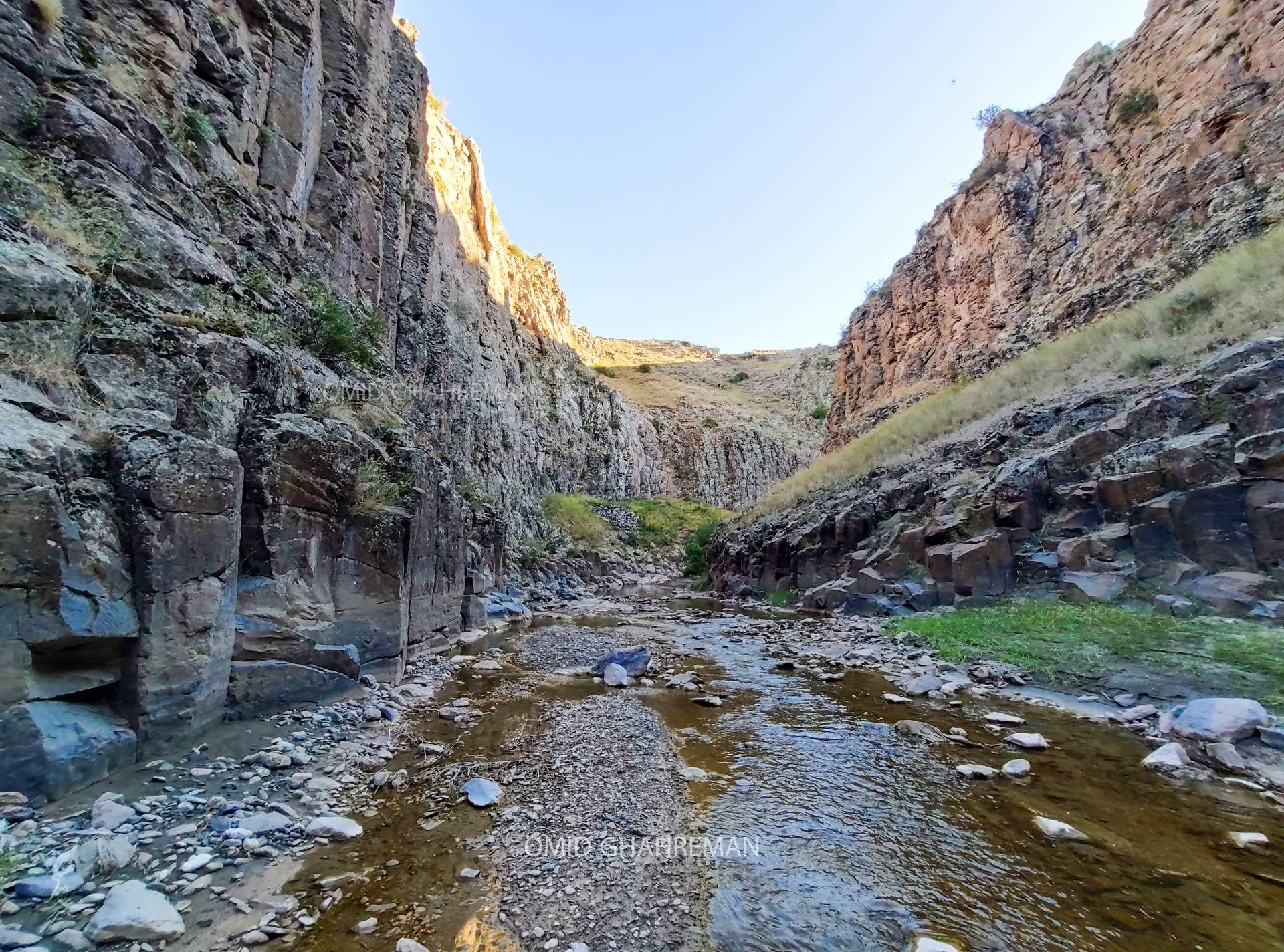رودخانه داخل دره River of the qirmizilix