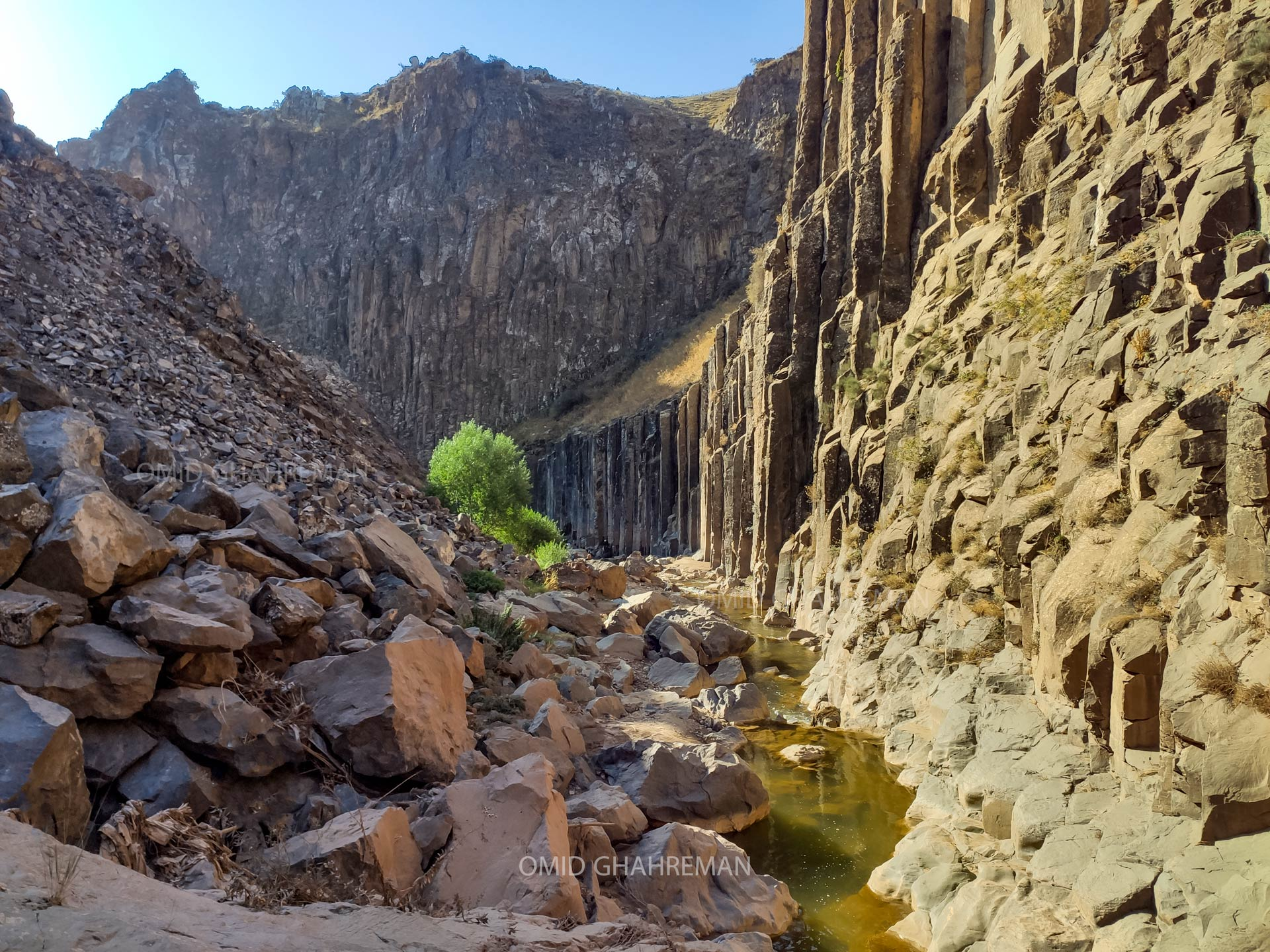 رودخانه درون دره و دیواره های آذرین
