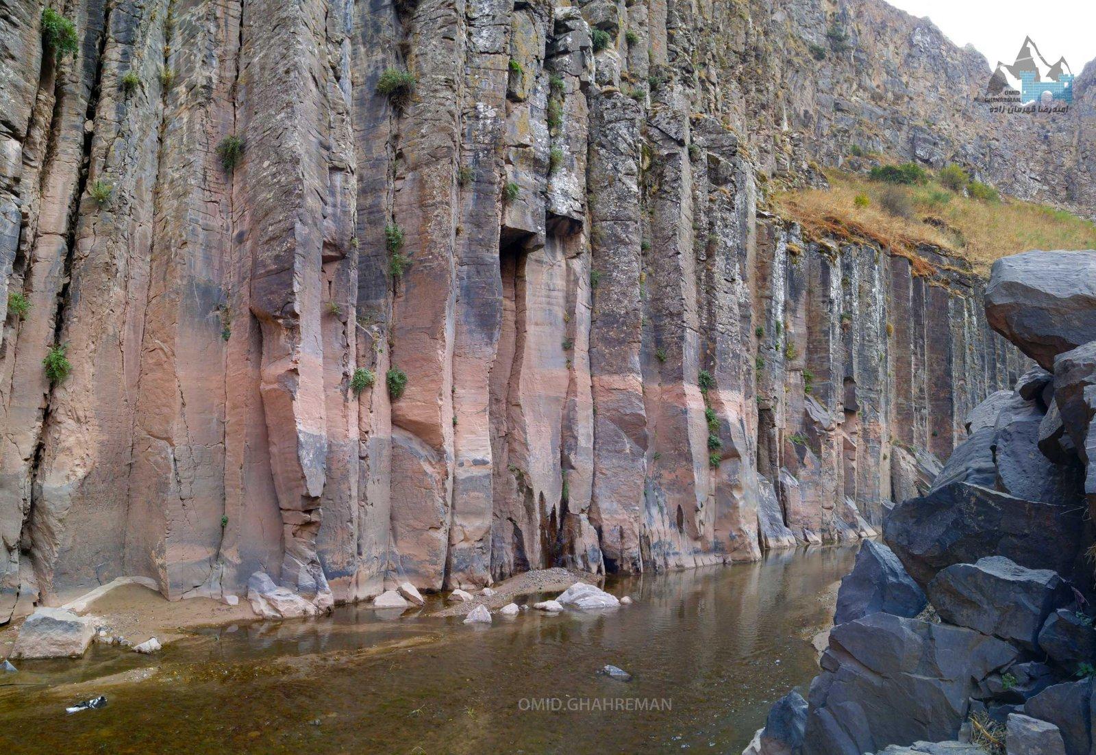 رودخانه میان ستونهای بازالتی