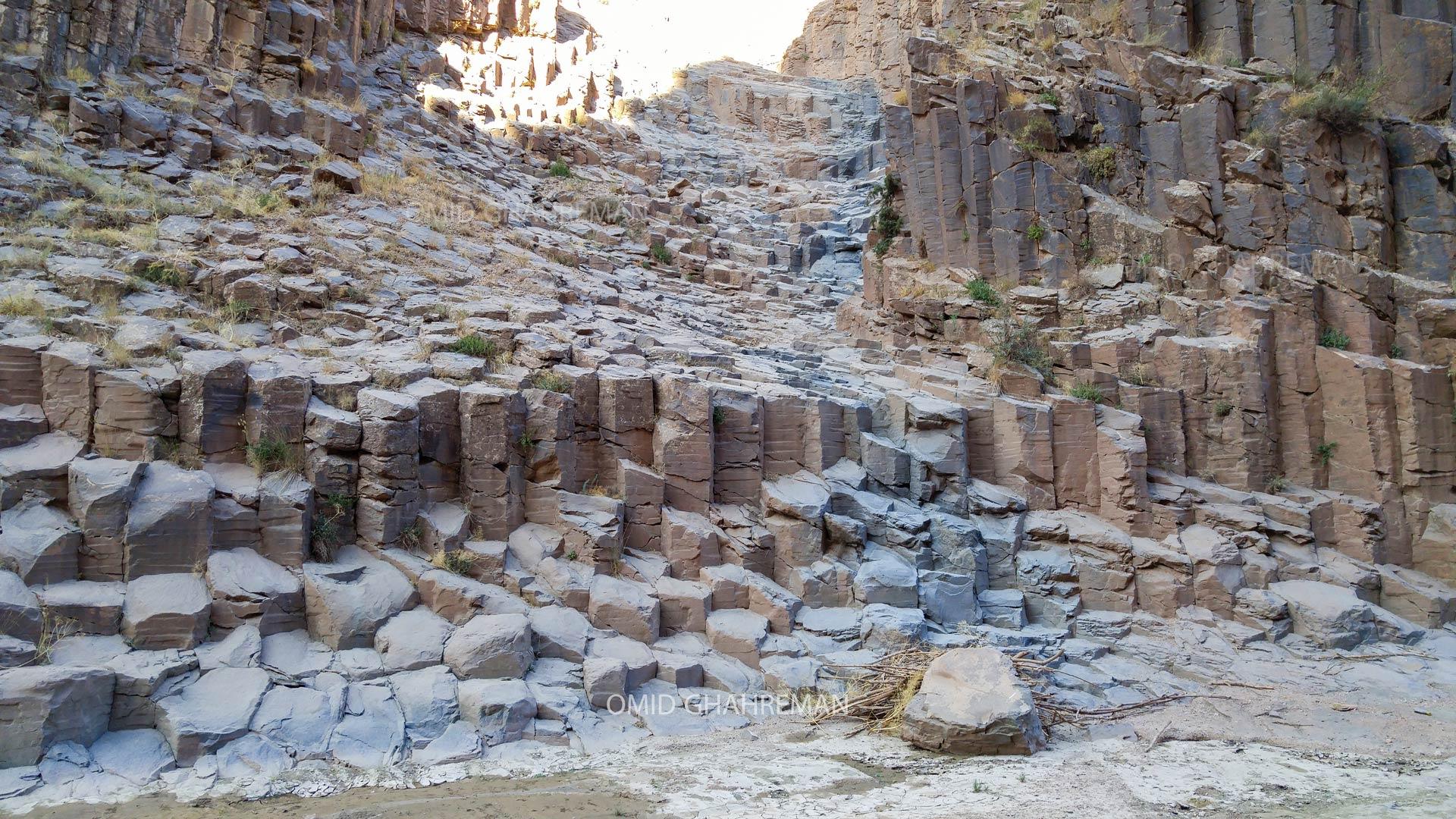 ساختار پله کانی و منشور های شش ضلعی پهن در مسیر Basaltic charters of the maku