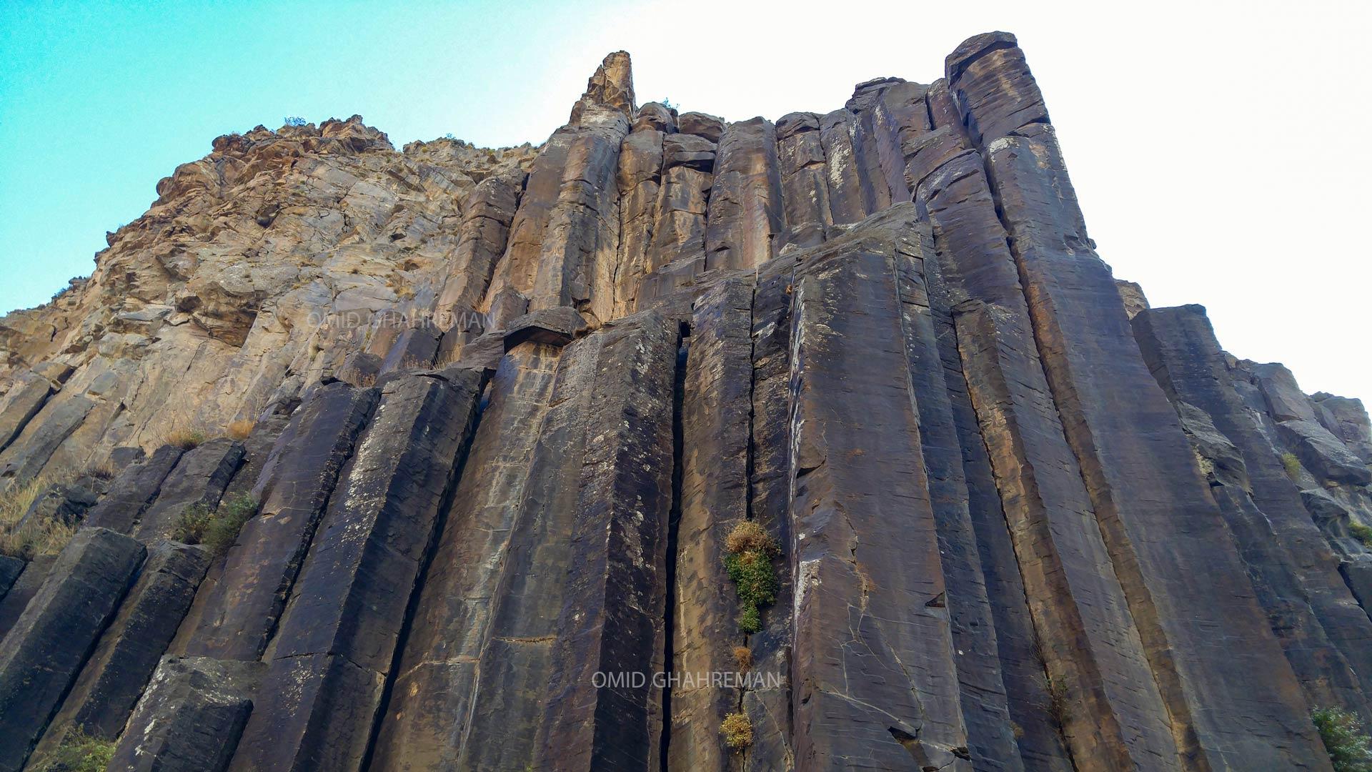 ستون های بازالتی در حال ریزش در دره قیرمیزیلیخ Basaltic charters of the Qirmizilix valley