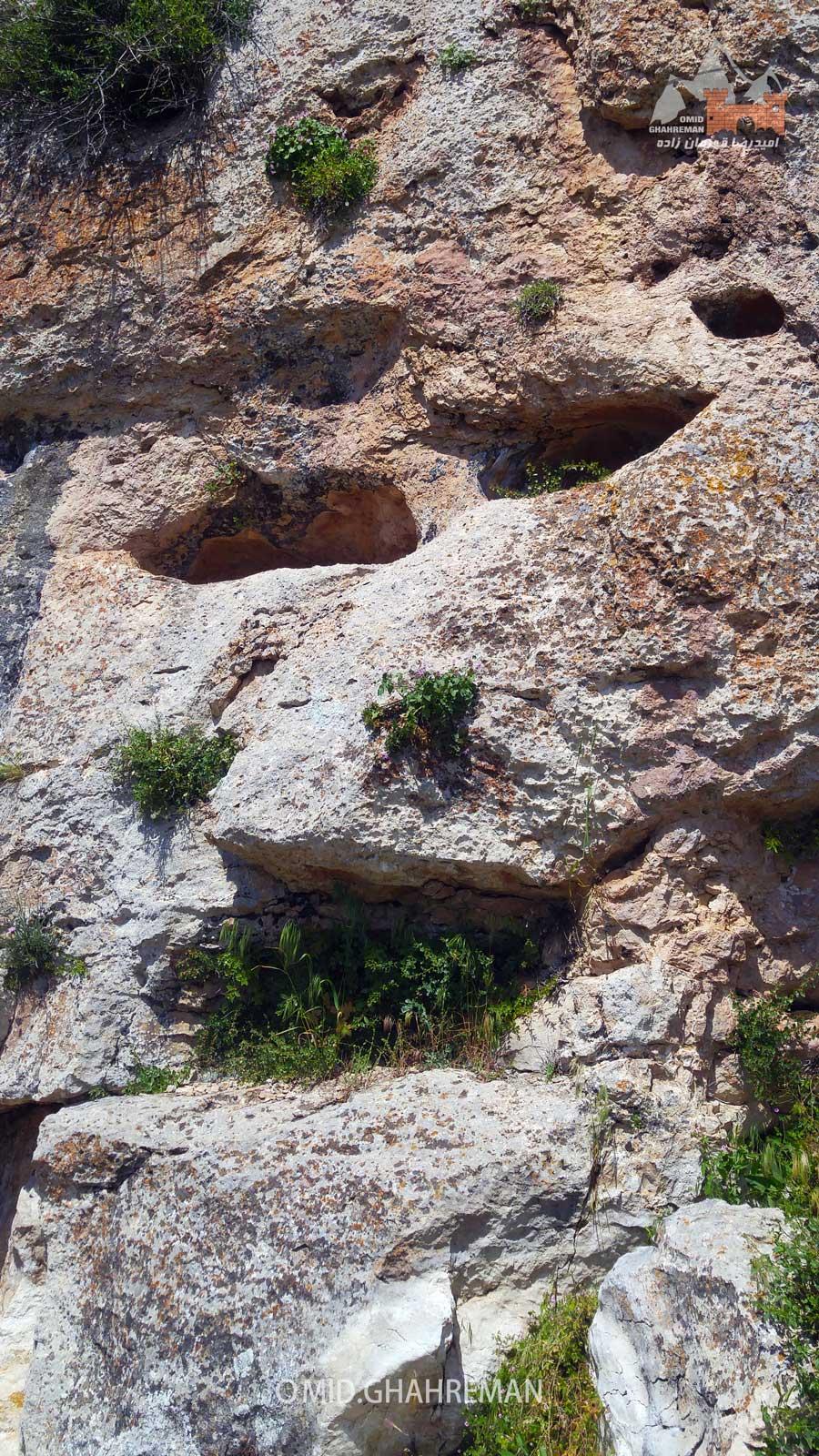 سنگ تراشه صورت انسان در نزدیکی غار خزنگاه ماکو