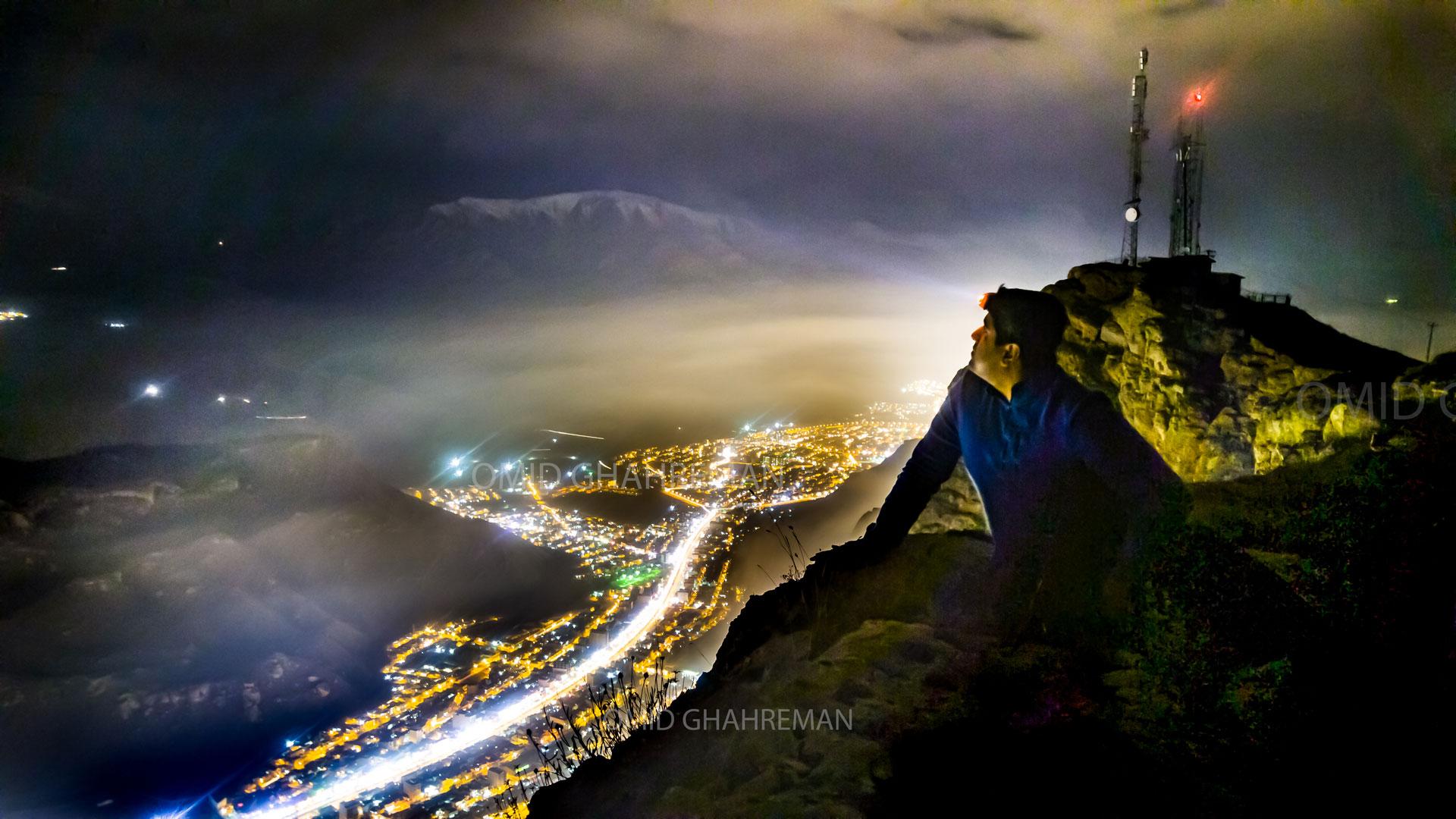 شبی مه آلود و سرد در کوهستان شهر