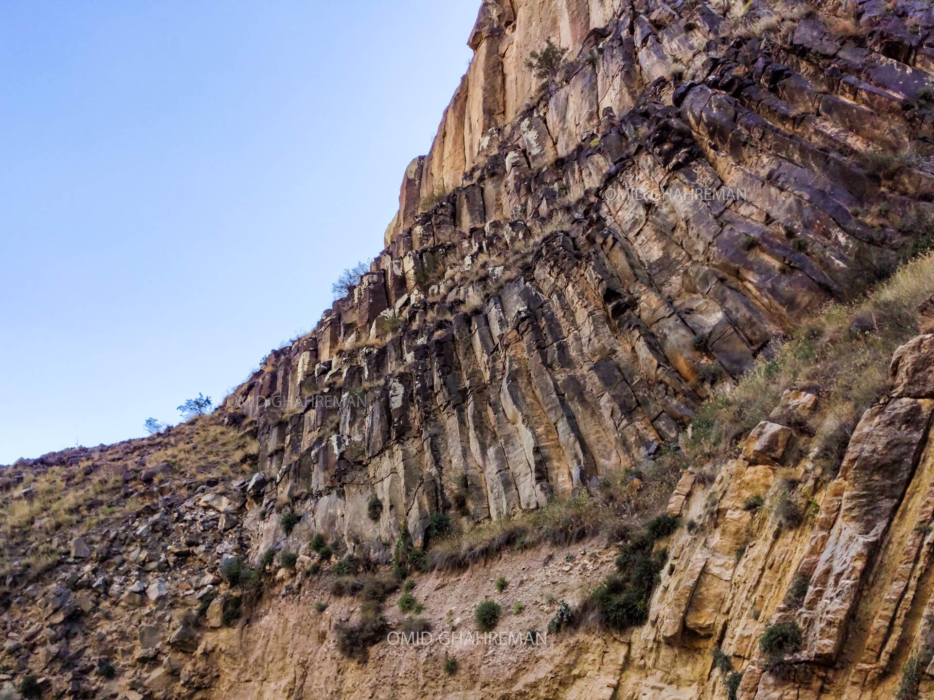 لایه های آذرین سرد شده و منشور های بازالتی در درون دره فرعی قیرمیزیلیخ Basalt columns of volcanic activity