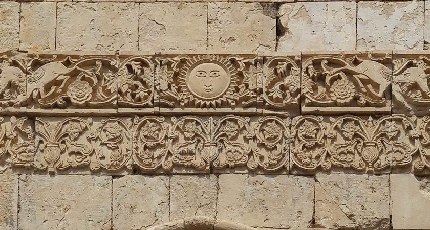 نماد های حجاری شده خورشید و شکار