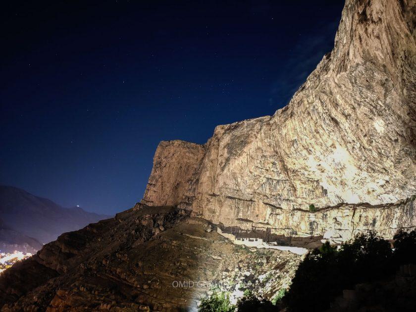 کلاهک سنگی قیه و قلعه تاریخی قبان به هنگام شب
