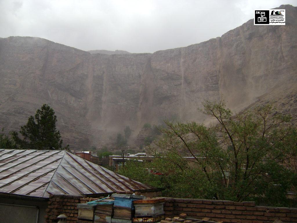 ریزش سیل از بالای کلاهک سنگی قیه بر روی شهر ماکو