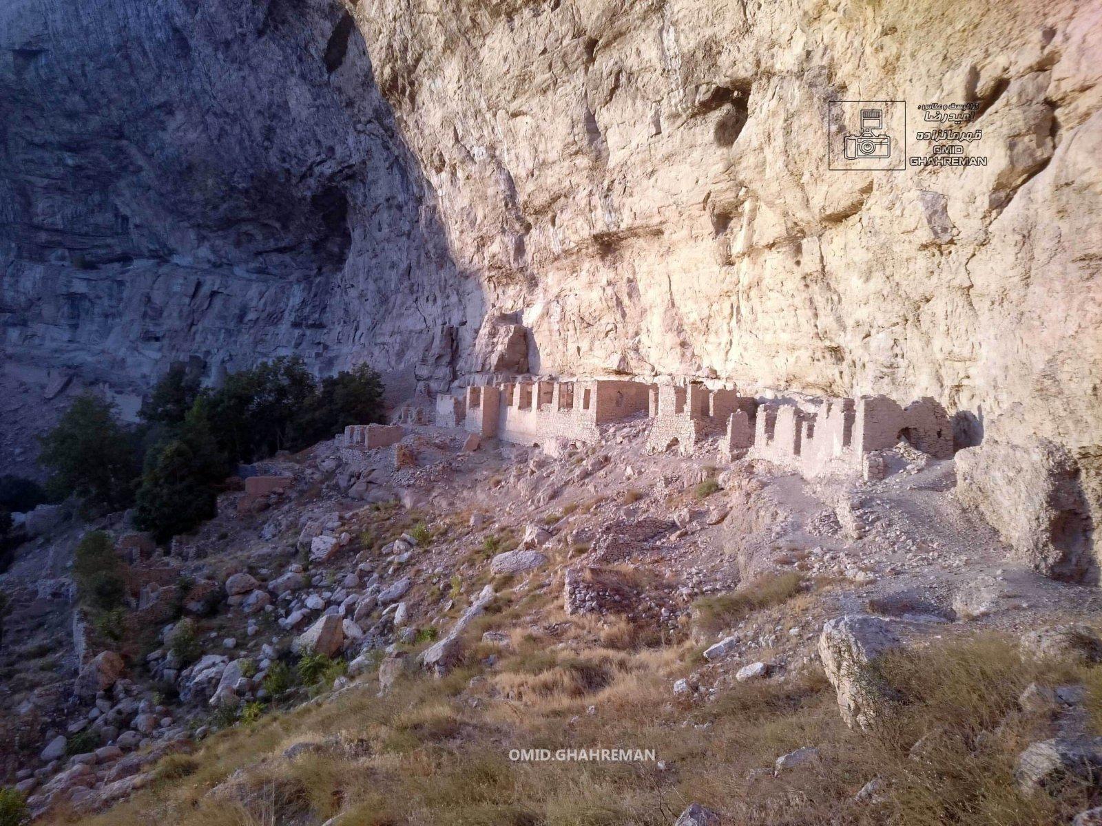 نمایی از خانه خرابه های کوه قیه و قلعه قبان