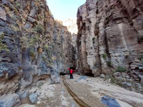 Omid Ghahreman and basalt rock columns امید قهرمان و دیواره های بازالتی